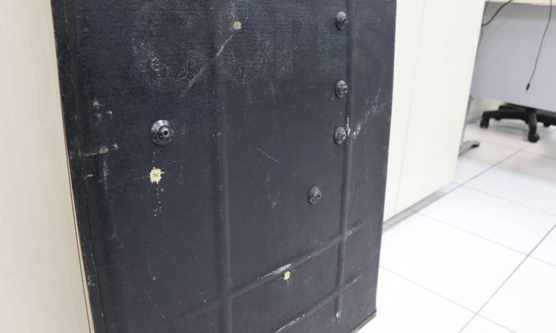 O escudo do Bope danificado durante operação Foto: Divulgação/Alberto Maraux