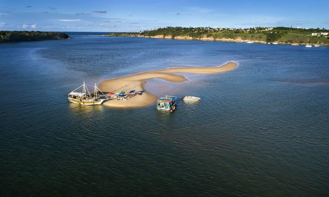 A Lagoa de Guaraíras é um dos lugares mais bonitos de Pipa: a dica é fazer um passeio de barco e ficar para ver o pôr do sol Foto: Secretaria de Turismo do Rio Grande do Norte / Divulgação