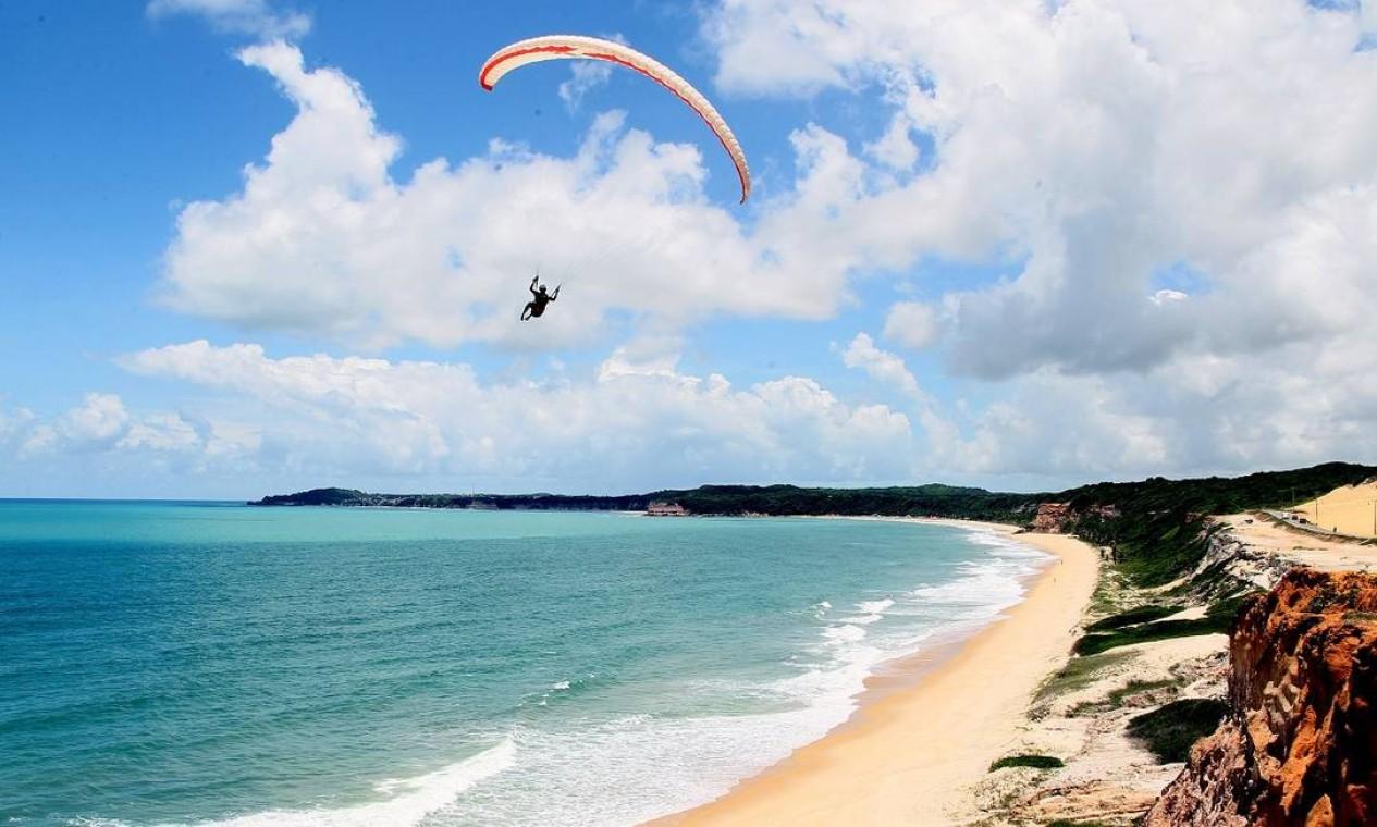 Parapente na Praia da Cacimbinha, em Tibau do Sul, no litoral potiguar Foto: Humberto Sales / Ministério do Turismo / Divulgação