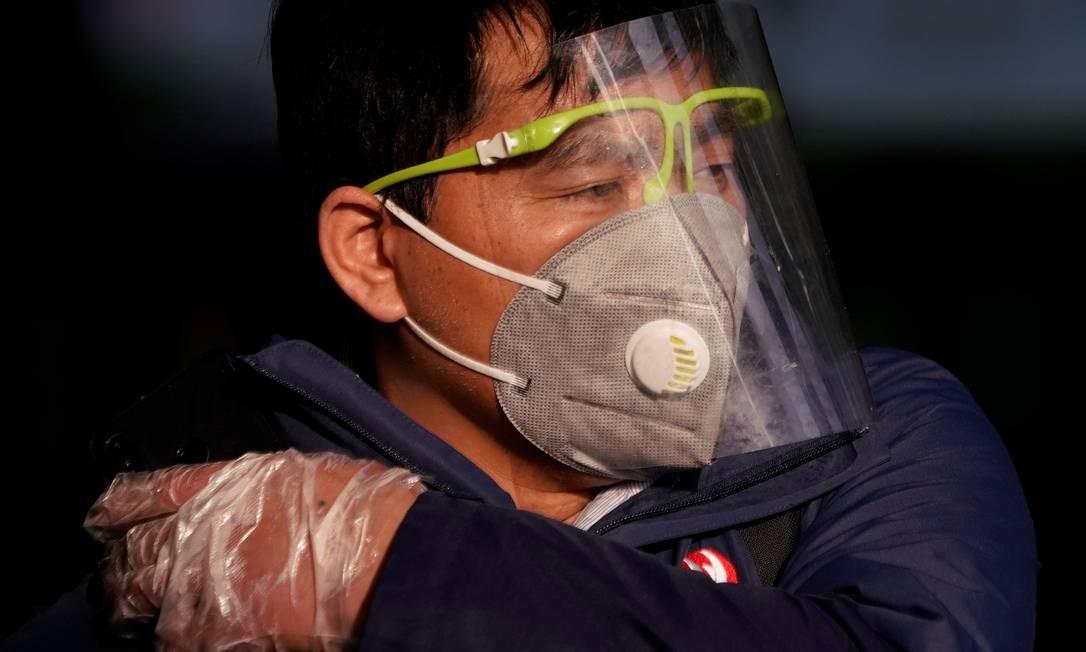 Homem usa máscara de proteção em uma estação de trem em Xangai, na China. Foto: ALY SONG / REUTERS
