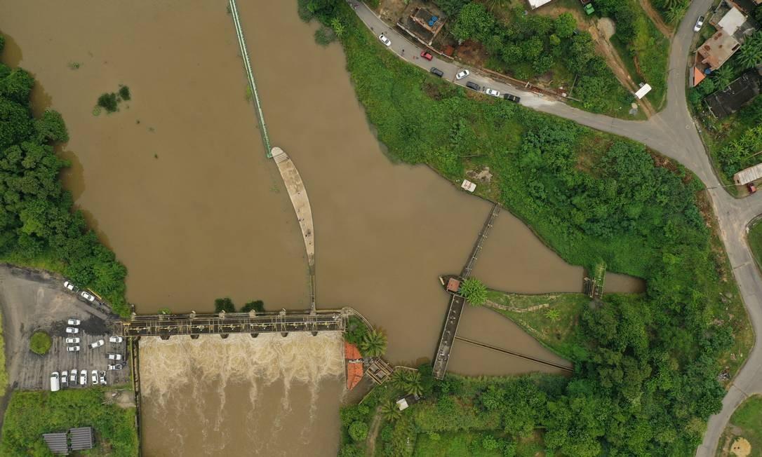 INEA e Policiais Civis fazem perícia na captação de água do Guandu no Rio Botas. Foto Pablo Jacob / Agencia O Globo Foto: Agência O Globo