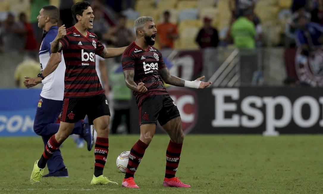 Na primeira partida contra o ex-clube, Pedro comemora classificação ao lado de Gabigol Foto: MARCELO THEOBALD / Agência O Globo