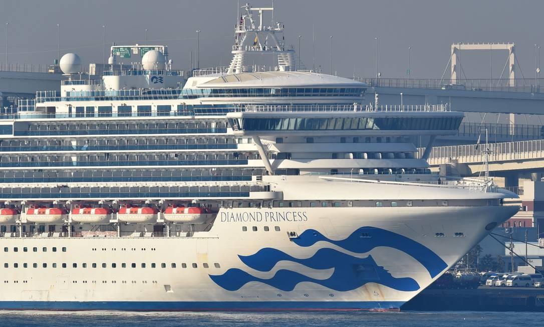 O navio de cruzeiro Diamond Princess, que está em quarentena no Japão devido a 44 casos confirmados de Covid-19 Foto: KAZUHIRO NOGI / AFP