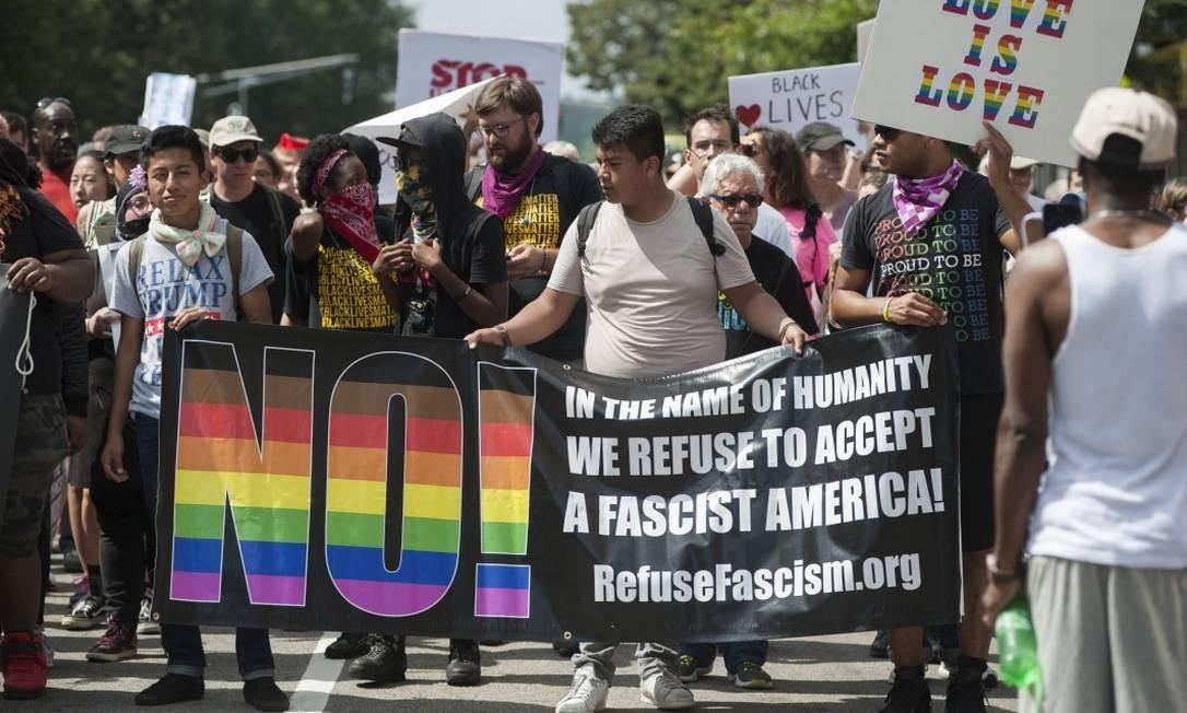 Manifestantes contrários à passeata de extrema direita protestam nas ruas de Boston Foto: RYAN MCBRIDE / AFP / 19-08-2017