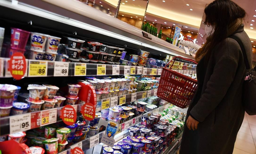Mulher usando máscara vai a supermercado em Tóquio, no Japão Foto: CHARLY TRIBALLEAU / AFP