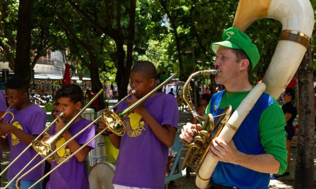 O inglês Tom Ashe e o seu projeto Favela Brass, em apresentação no Largo do Machado Foto: Divulgação/Felipe Bezerra / Divulgação/Felipe Bezerra