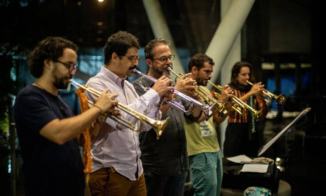 Nas oficinas da Orquestra Voadora, músicos de instrumentos de sopro se multiplicam Foto: BRENNO CARVALHO / Agência O Globo