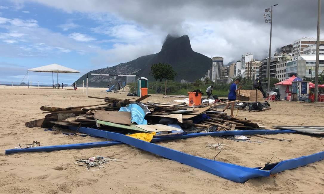 Trabalho de desmontagem do palco Verão Tim Foto: Mácia Foletto / Agência O Globo