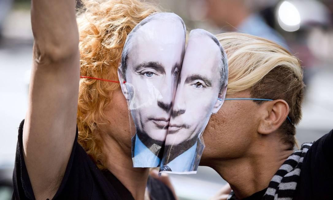 Ativistas LGBTI se beijam em protesto contra Putin em Paris Foto: LIONEL BONAVENTURE / AFP/ 09-09-2013