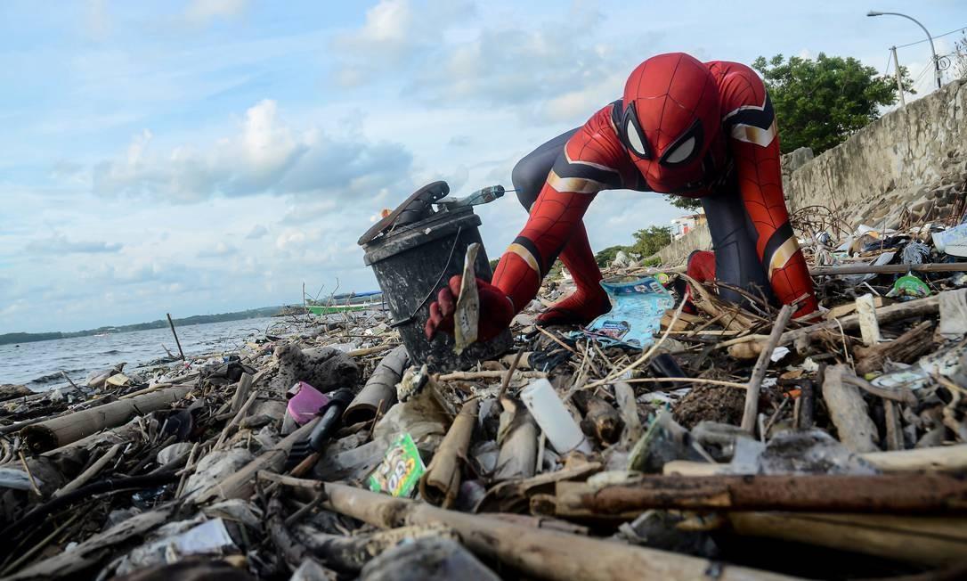 Eco-herói: o cafeicultor Rudi Hartono, de 36 anos, veste fantasia de Homem-Aranha para coletar o lixo descartado em praia da pequena comunidade costeira de Pare-pare, província de South Sulawesi, na Indonésia Foto: STRINGER / REUTERS