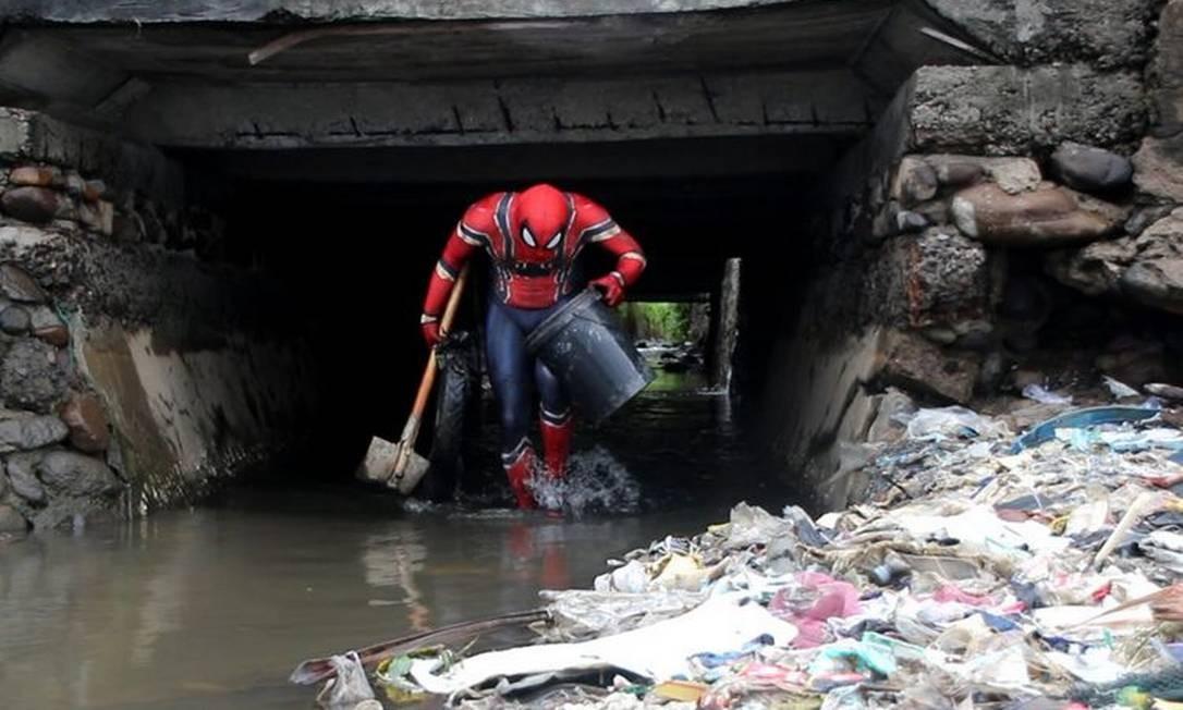 Hartono coleta resíduos na comunidade de Pare-Pare. A Indonésia é o quarto país mais populoso do mundo e gera 3,2 milhões de toneladas de resíduos por ano, com quase metade acabando no mar, segundo estudo de 2015 da revista Science Foto:  / Reprodução