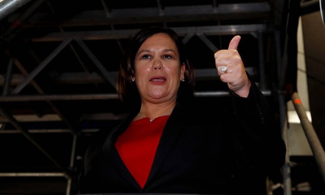A líder do Sinn Féin, Mary Lou McDonald, gesticula ao chegar a um centro de contagem após o anúncio das pesquisas de saída nas eleições nacionais da Irlanda, em Dublin. Foto: PHIL NOBLE / REUTERS