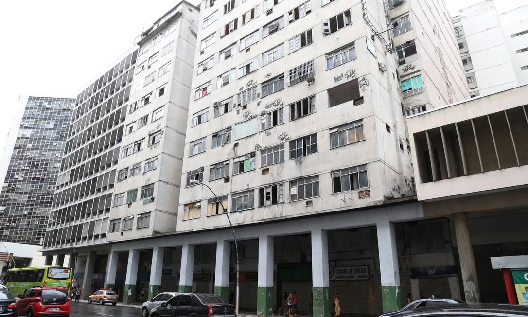 Edifício desocupado em junho de 2019 segue fechado. Pertences de alguns moradores ainda estão em apartamentos Foto: Pedro Teixeira / Agência O Globo