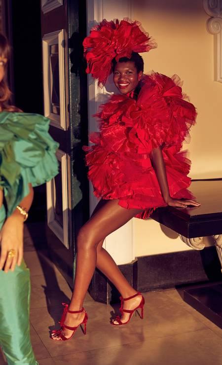 Gabrielle usa conjunto Argalji; Yngrid, vestido e cabeça, ambos Rodrigo Evangelista e sandálias Alexandre Birman Foto: Fotos: Renan Oliveira
