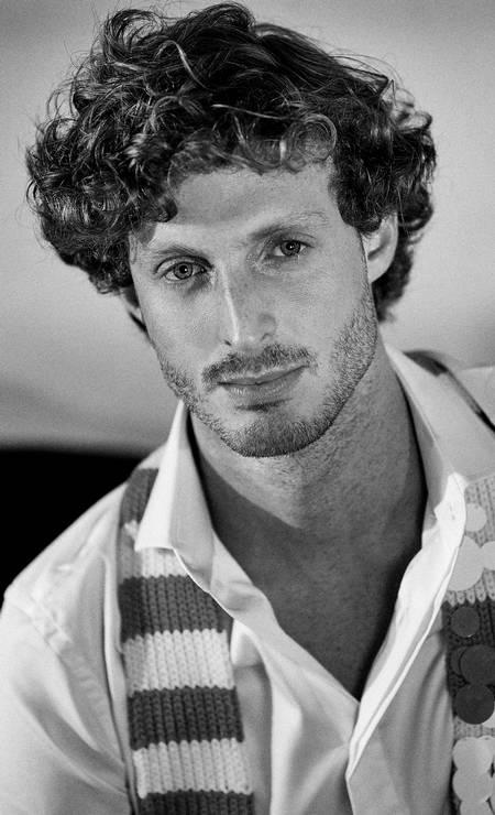 Breno usa camisa Eduardo Guinle, calça Fila na NK Store, cachecol Prada e tênis Vans Foto: Fotos: Renan Oliveira