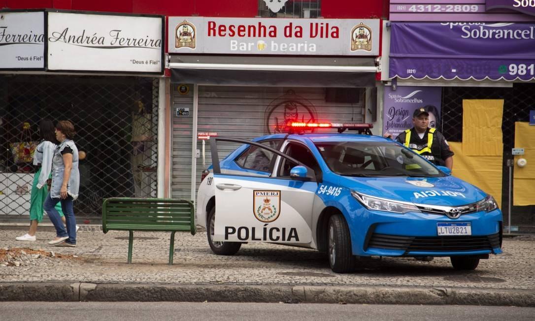 Comércio fechou mais cedo nesta quinta-feira na Avenida 28 de Setembro na altura do Morro dos Macacos Foto: Gabriel Monteiro / Agência O Globo