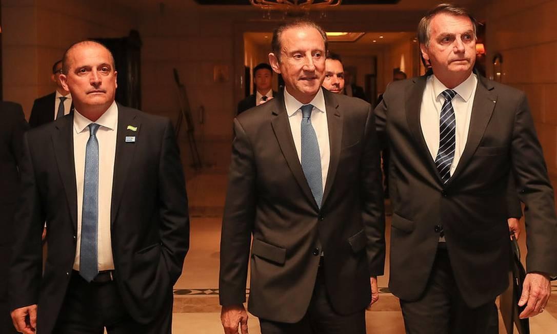 Paulo Skaf entre Onyx Lorenzoni, ministro da Cidadania, e o presidente Jair Bolsonaro Foto: Divulgação / Isac Nóbrega/PR