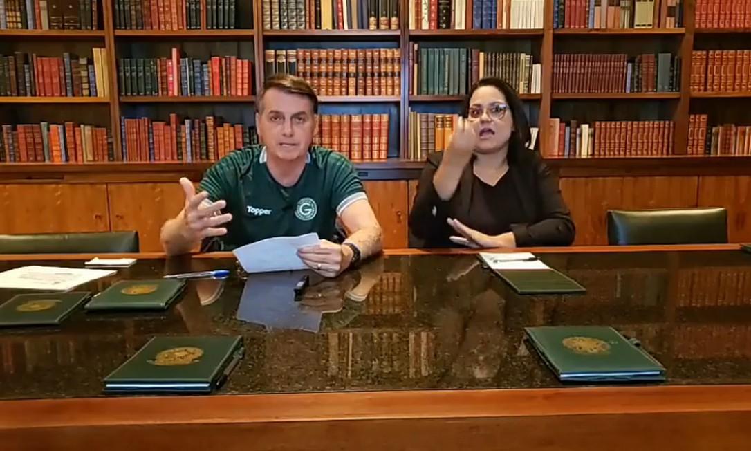 Bolsonaro participou de transmissão ao vivo em suas redes sociais com uma camisa do Goiás Foto: Reprodução