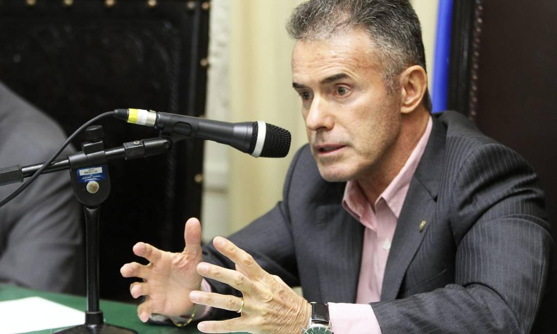 O deputado Chiquinho da Mangueira (PMN), durante a reunião da Comissão de Esportes e Lazer na Alerj Foto: Agência O Globo