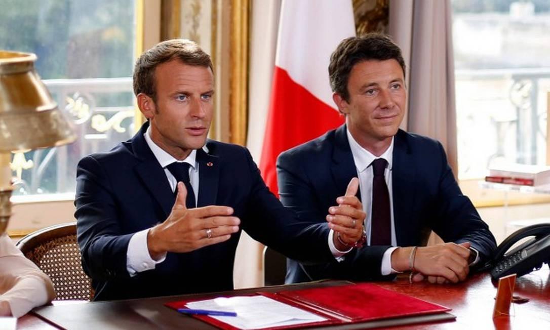Presidente Emmanuel Macron ao lado de seu então porta-voz Benjamin Griveaux, durante gravação no Palácio do Eliseu Foto: Thibault Camus / AFP / 05-09-2018