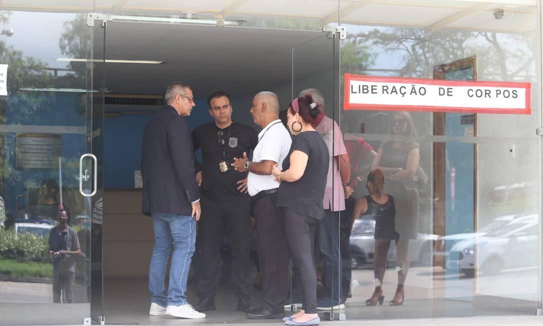 Agentes da Polícia Federal e parentes estiveram no IML pra liberar o corpo do policial morto na Favela do Rola Foto: Fabiano Rocha / Agência o Globo