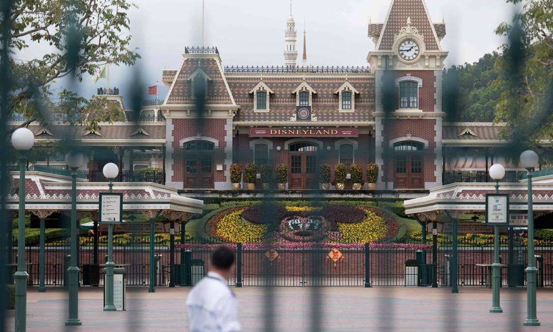 Entrada do parque da Disney fechado em Hong Kong: apenas seguranças no local Foto: Ayaka McGill / AFP