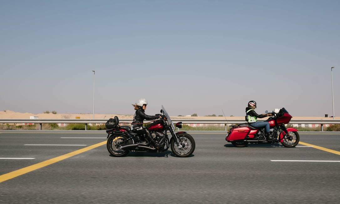 Participantes do revezamento pilotam para Hatta, uma área nas montanhas de Dubai Foto: ANNA NIELSEN / NYT