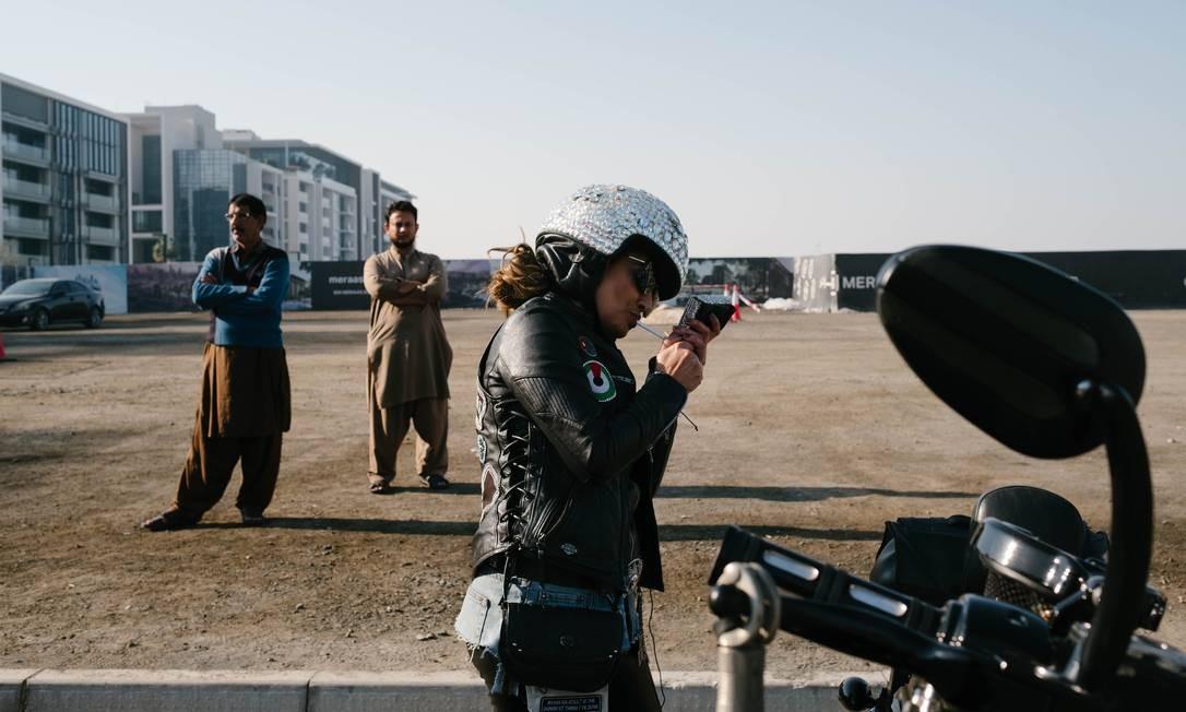 Dana Adam, do Iêmen, se prepara para a viagem até Hatta, nas montanhas de Dubai Foto: ANNA NIELSEN / NYT