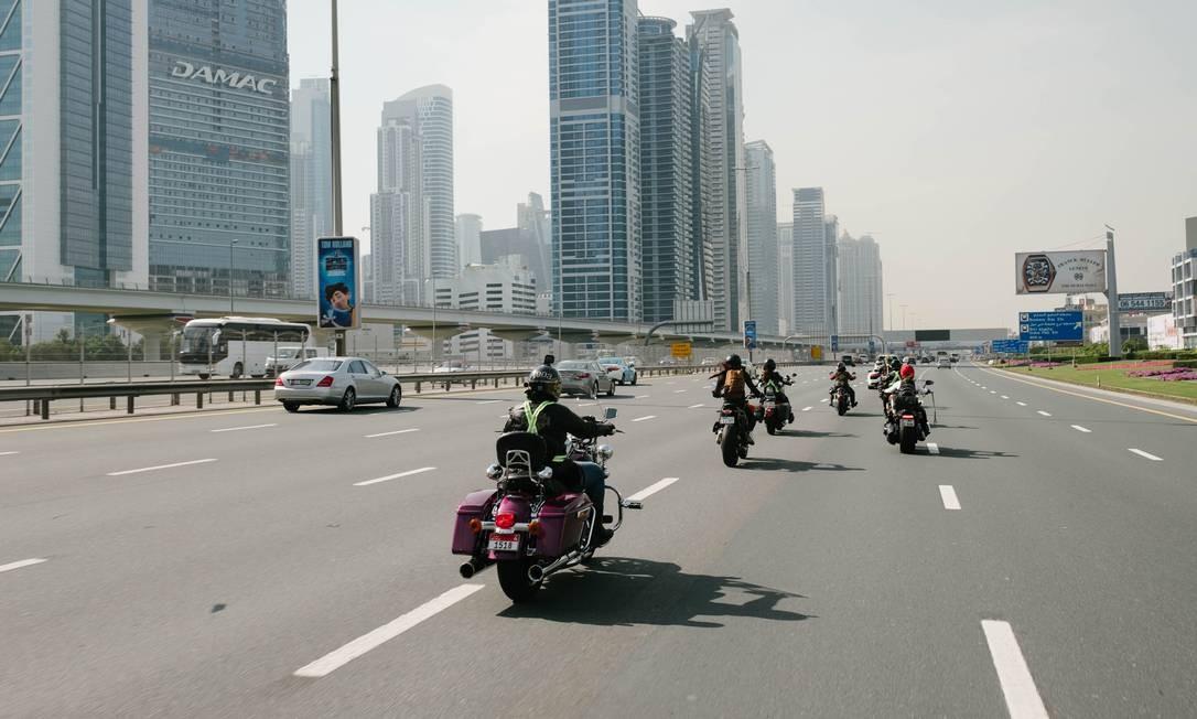 Participantes do Revezamento Mundial de Mulheres MOtociclistas, em Dubai Foto: ANNA NIELSEN / NYT