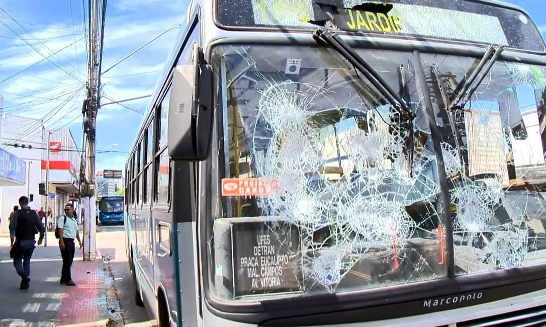 Ônibus depredado na Avenida Marechal Campos, em Vitória Foto: Reprodução/TV Gazeta