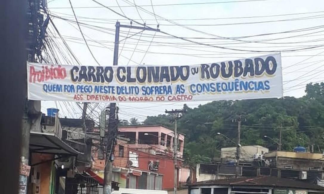Em tom ameaçador, faixa no Morro do Castro proíbe carro roubado ou furtado circulando na comunidade Foto: Reproduçao do Facebook