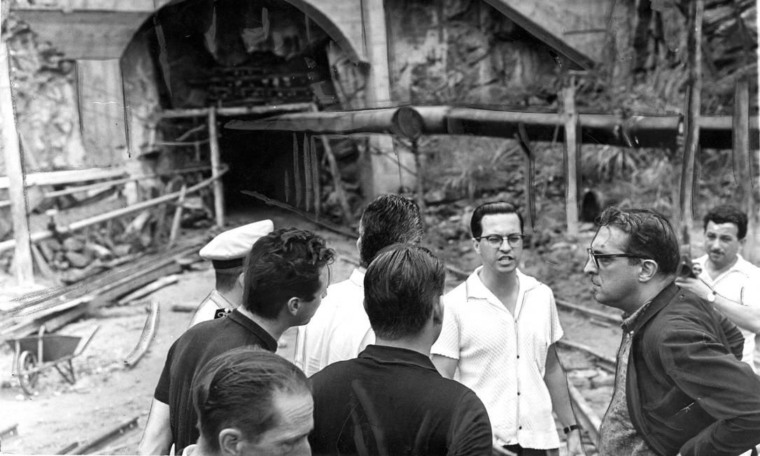 Carlos Lacerda, então governador do estado da Guanabara, visita a construção da adutora do Guandu, no trecho Lameirão, em janeiro de 1964 Foto: Arquivo / Agência O Globo - 23/01/1964