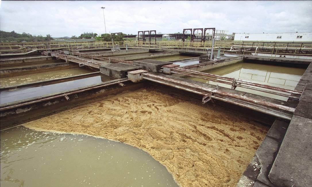 Em foto de novembro de 2001, a ETA do Guandu, quando teve problemas com a qualidade e o abastecimento de água devido à poluição do rio. Da água fornecida pela estatal, 75% são para o município do Rio Foto: Márcia Foletto / Agência O Globo - 16/11/2001