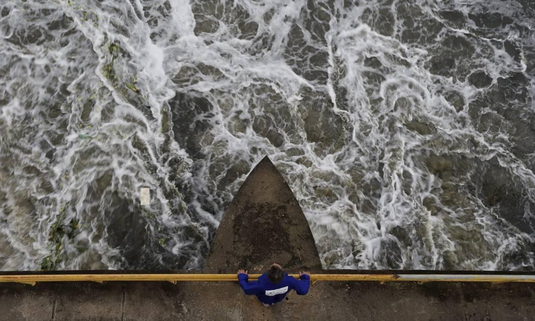 Estação de tratamento de água (ETA) do Guandu, em Nova Iguaçu, é a principalbarragem principal do rio Paraíba do Sul Foto: Domingos Peixoto / Agência O Globo - 29/10/2015