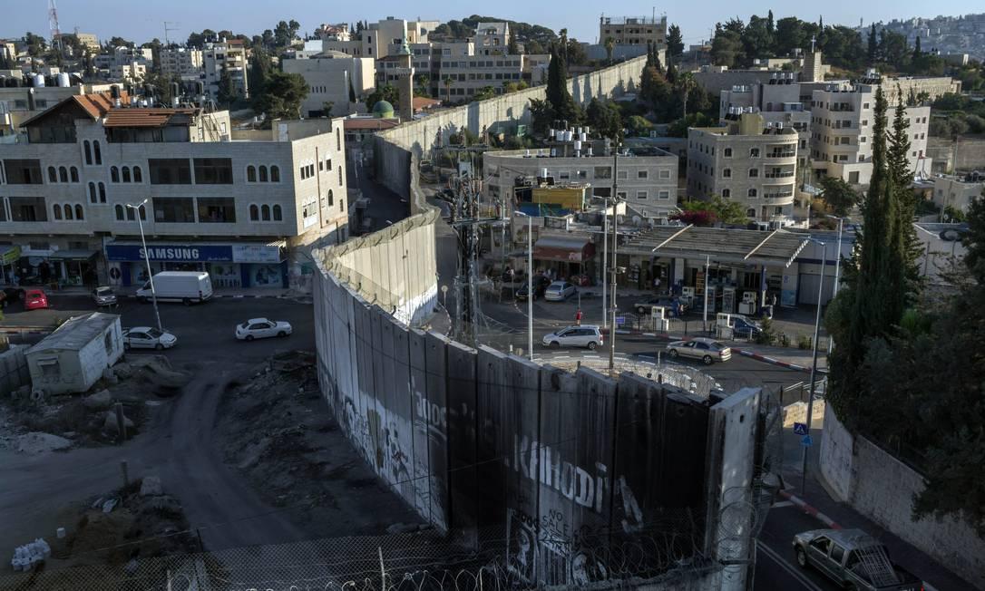 O muro de concreto divide a aldeia palestina de Abu Dis, que seria a capital pelo plano de paz de Trump, e Jerusalém Oriental Foto: MAURICIO LIMA/The New York Times/12-9-2019 / NYT