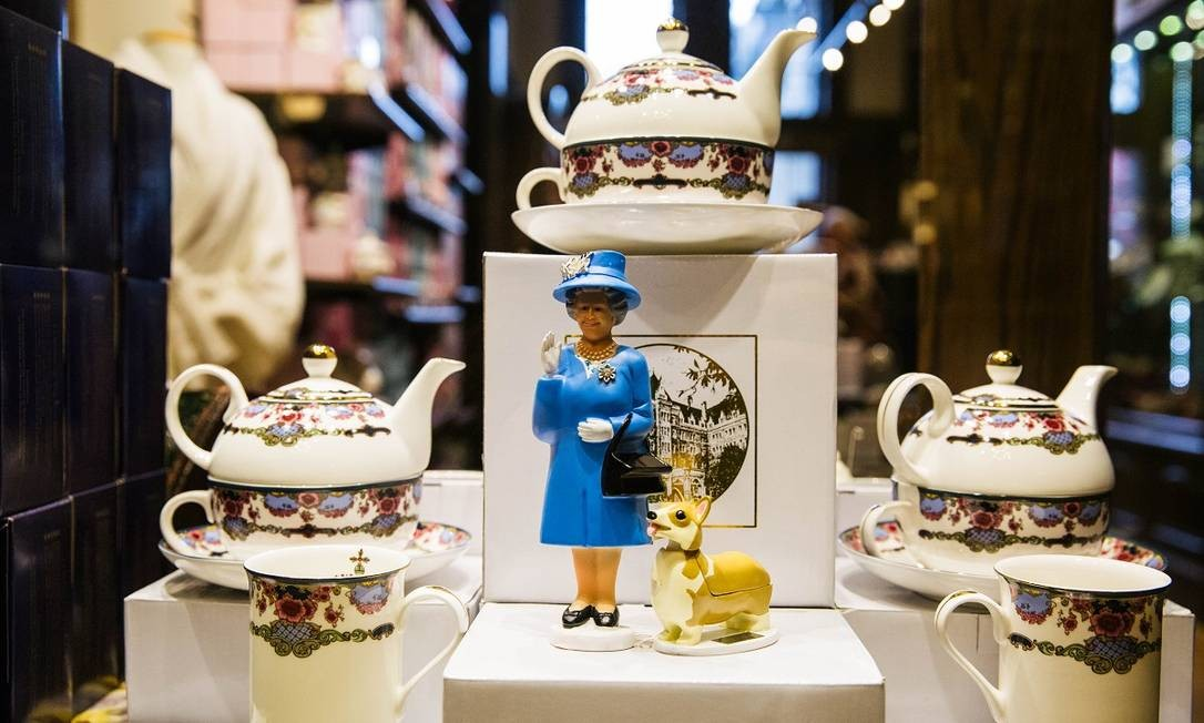 Miniatura da rainha Elizabeth II na loja de suvenires do hotel Fairmont Empress, em Victoria Foto: Jackie Dives / The New York Times