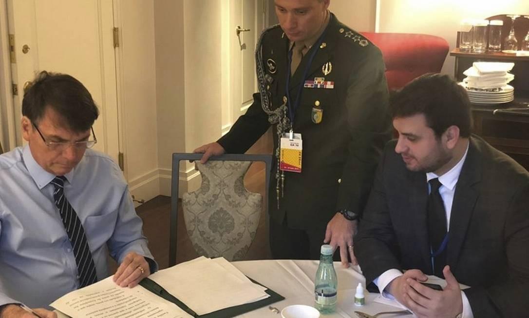 Assessor. Martins (à direita) costuma acompanhar o presidente em viagens. Agora, fica enfraquecido no Planalto Foto: Reprodução