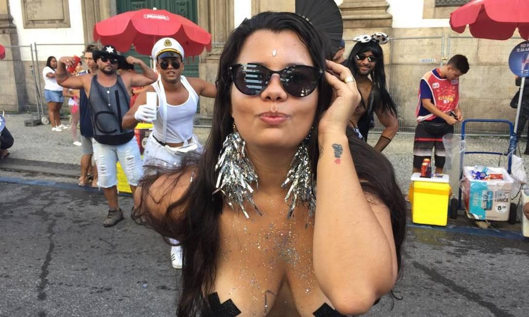 A jovem Lohana Amaral: foliona de peito aberto para a tendência do carnaval de rua de 2020 Foto: Ana Branco/Agência O Globo / Ana Branco/Agência O Globo