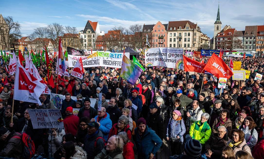 Alemães protestam contra forças da extrema-direita na Turíngia Foto: JENS SCHLUETER / AFP