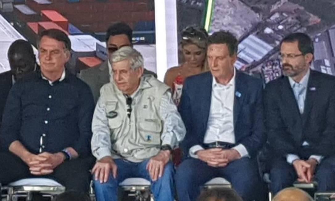 Com Bretas ao fundo (de óculos escuros), o presidente Jair Bolsonaro participa de cerimônia de inauguração da alça de ligação da Ponte Rio-Niterói à Linha Vermelha Foto: Carolina Heringer / Agência O Globo