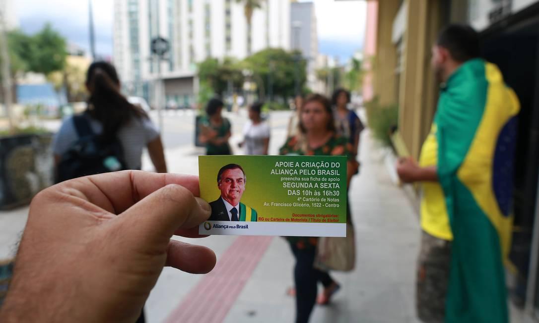 Apoiadores do novo partido de Bolsonaro recolhem assinaturas em frente a cartório de Campinas (SP) Foto: Leandro Ferreira / Agência O Globo