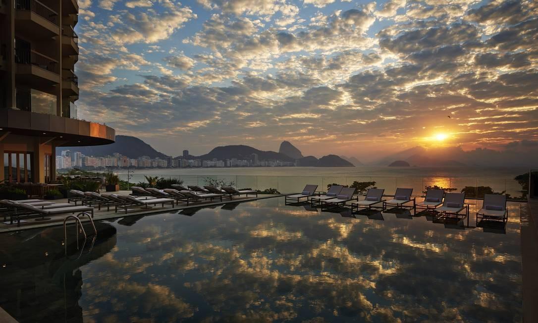 Visão do nascer do sol da varanda do Fairmont Hotel, em Copacabana Foto: ROMULO FIALDINI / ROMULO FIALDINI/Divulgação
