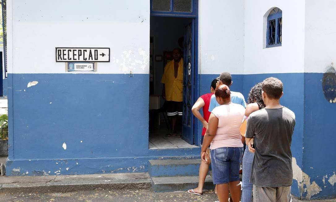 Pais buscam assegurar vagas em escolas para os filhos em conselho tutelar na Zona Oeste do Rio Foto: Fábio Rossi / Agência O Globo/22-01-2020