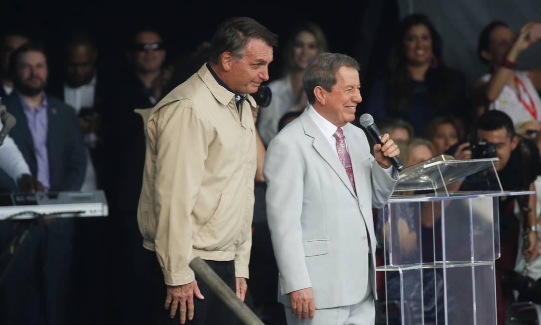 Bolsonaro e RR Soares no palco de evento religioso em Botafogo Foto: Gabriel de Paiva / Agência O Globo