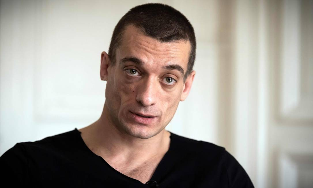 O artista russo Pyotr Pavlensky dá entrevista no escritório de seu advogado, em Paris Foto: LIONEL BONAVENTURE / AFP