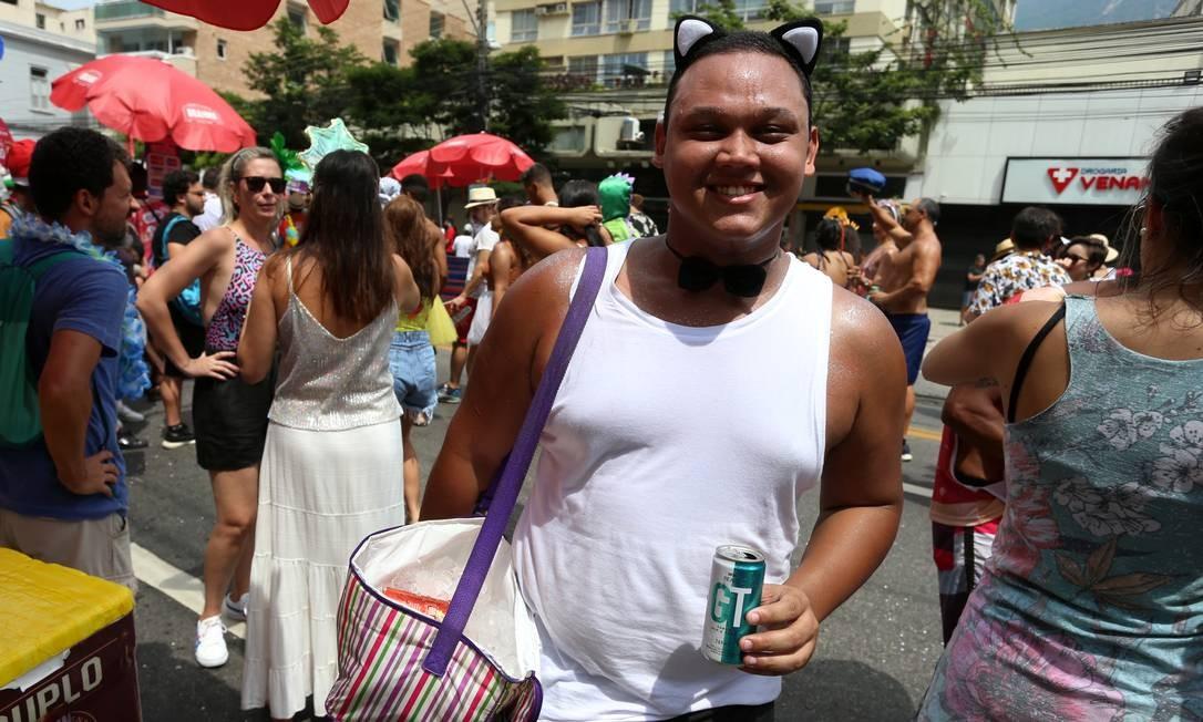 Folião levou cooler com bebidas de casa e gelo Foto: Fabiano Rocha / Agência O Globo
