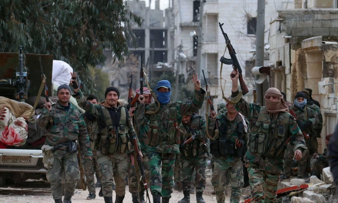 Membros do exército sírio no distrito de al-Rashidin, nas cercanias de Aleppo Foto: AFP