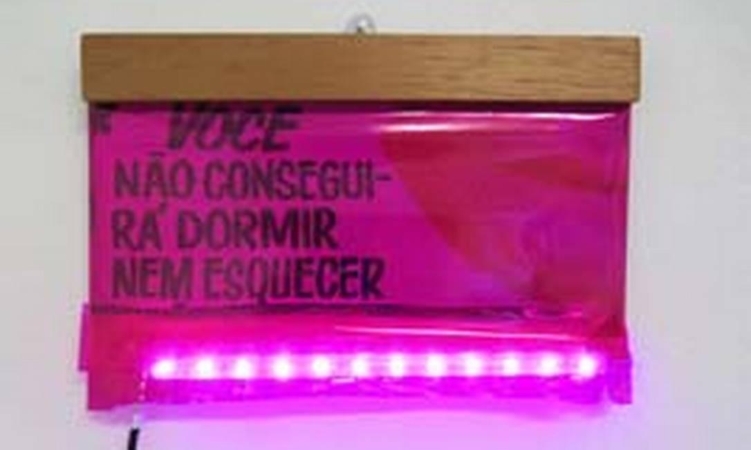 """Obra em LED da série """"Carne viva"""", de Caroline Valansi, na mostra 'Cine Desejo' Foto: Divulgação"""