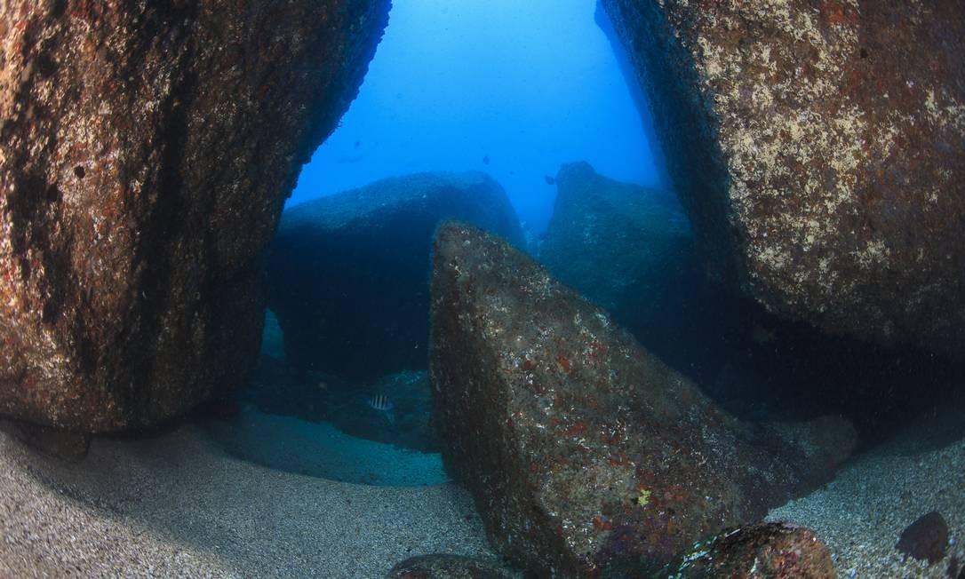 Grandes rochas formam passagens sob as águas das Ilhas Tijucas Foto: Áthila Bertoncini/PROJETO ILHAS DO RIO / Divulgação