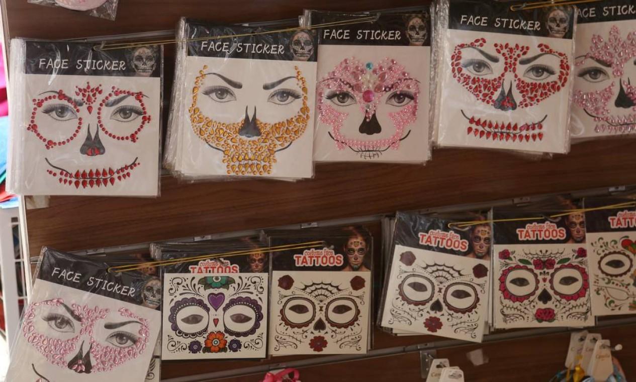 Máscaras de catrina de pedras e tatuagem: R$ 10 Foto: Fabiano Rocha / Agência O Globo